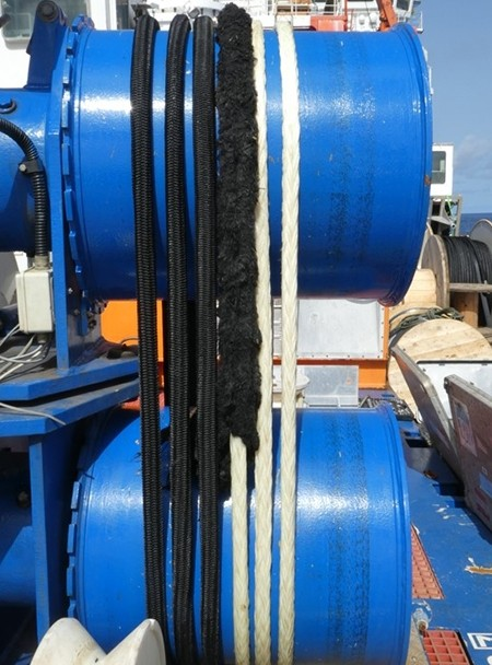 The black nylon line (co-called Meteor-line) wounded around the double-capstan winch.