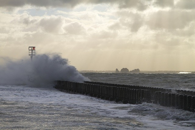 A wave breaks on the pier near Flushing in the Dutch Western Scheldt - CC: Gerwin Filius