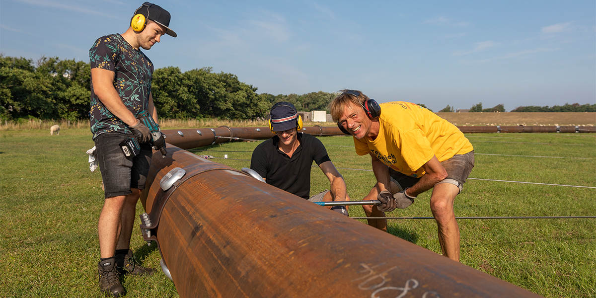 Hans van Haren with colleagues at work in the field near NIOZ. Photo: Evalien Weterings