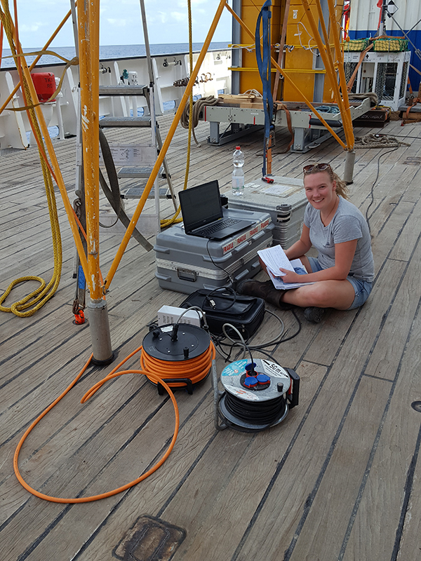 Sabine Haalboom downloading deep-sea current data recorded with the BOBO (BOttom BOundary) lander of NIOZ. Photo: Henko de Stigter.