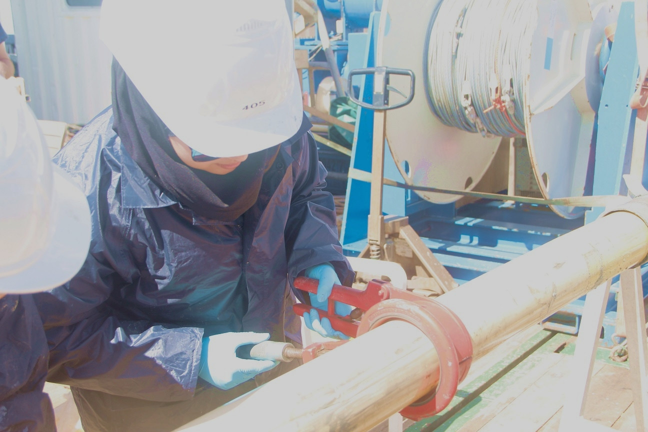 Ibtissem is cutting the sediment core into 1m sections.
