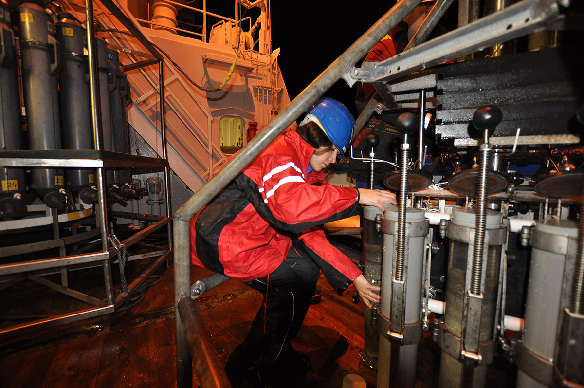 Collecting multicores from the Mediterranean Sea aboard the RV Pelagia, photo NIOZ