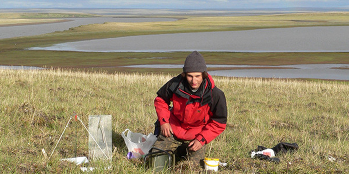 NIOZ-onderzoeker Eldar Rakhimberdiev during his fieldwork on the Russian tundra.
