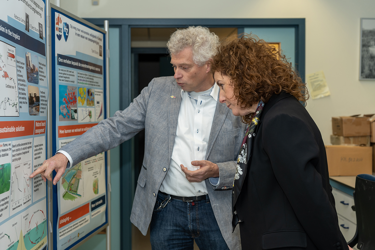 NIOZ researcher Tjeerd Bouma explains his research on nature based fload defences. Foto: Ernesta Verburg.