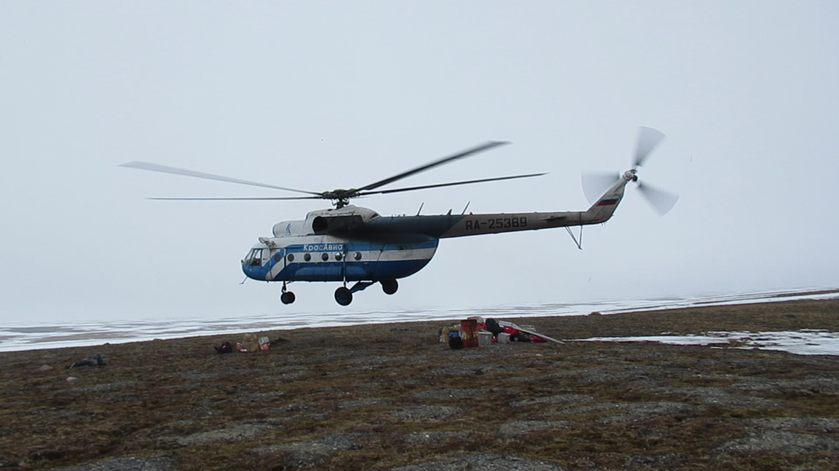 6 June 2019 The helicopter takes off from the tundra on Knipovich Bay (76 ° N), and will only come back after the short Arctic summer is over (3 August).
