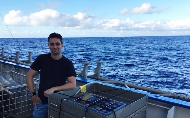 NIOZ PhD student Fons de Vogel with plastic incubation experiments on shipboard.