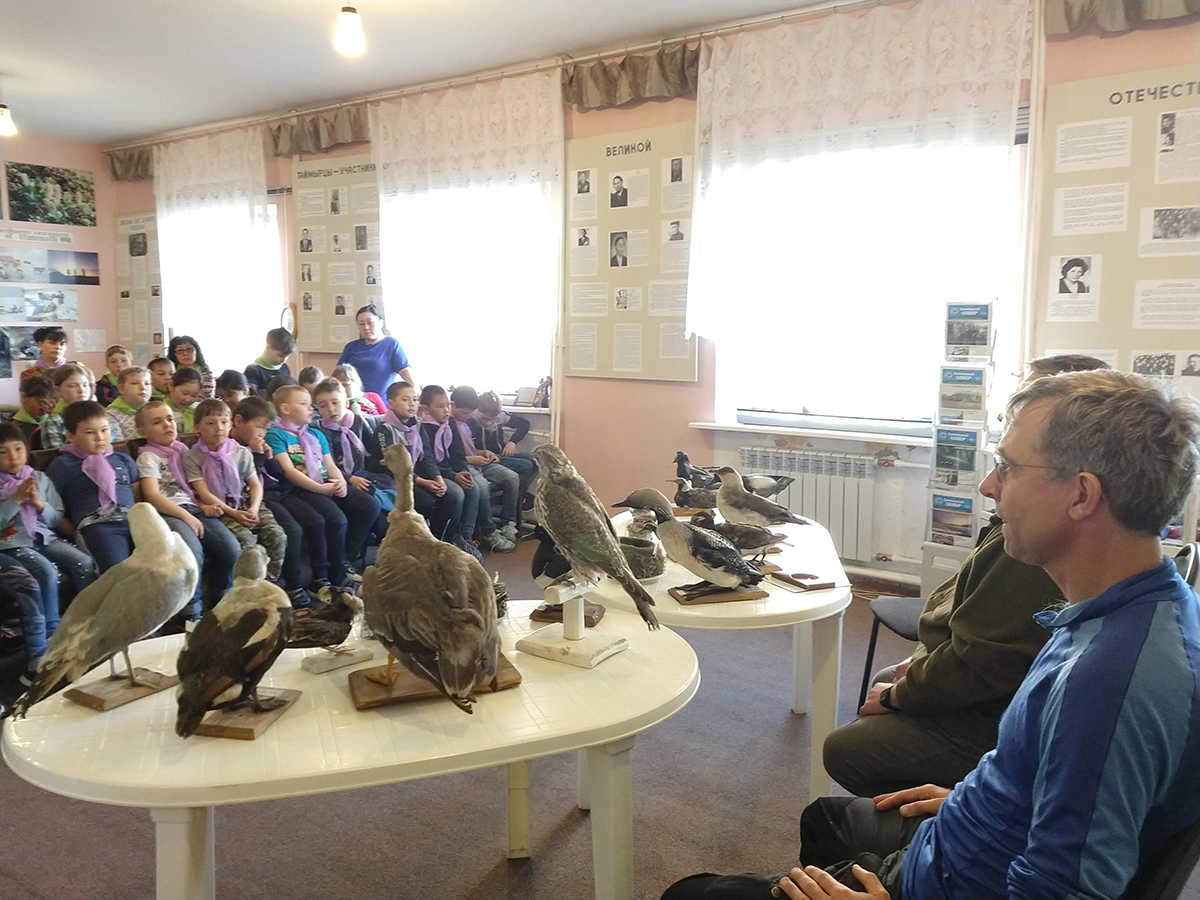 4 June 2019 Making use of the 'waiting' time in Khatanga, Jan van Gils explains to the local pupils why studying birds can teach us something about the state of the world.
