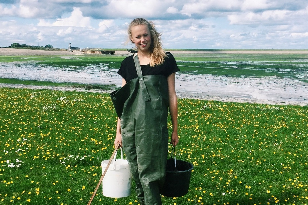 Student Mei Nelissen with mussels and tiny crustaceans