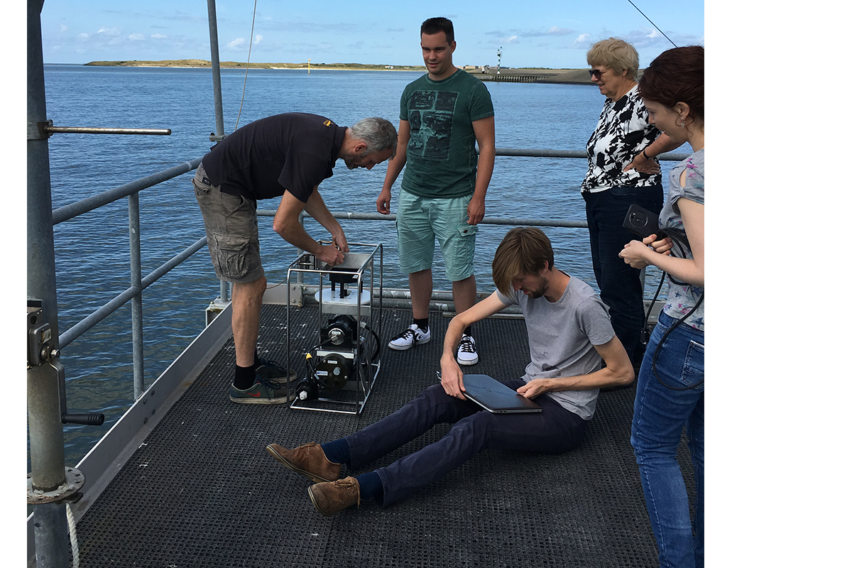 Sampling at the NIOZ jetty. The  in-situ pump contains a filter where we capture all particles in the water, including microorganisms such as Archaea and their lipids. I used these samples for chapter 4  of my thesis. Foto: Sanne Vreugdenhil