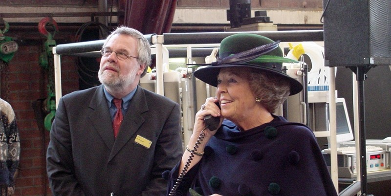 Jan de leeuw with queen Beatrix of The Netherlands during the re-opening of NIOZ on Texel, January 2003.