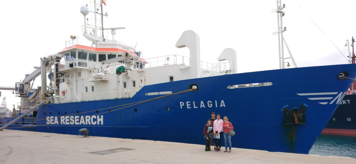 Prof Menéndez and her students visiting RV Pelagia